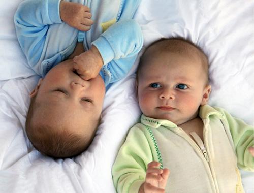Как правильно воспитывать близнецов?